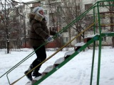 Катя пытаеться залезть на горку))